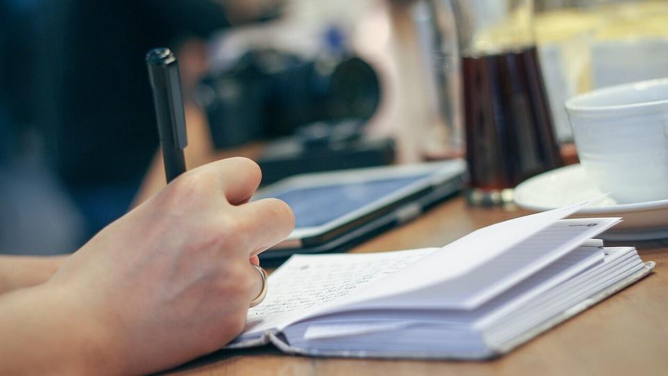 Concurso Prefeitura de Fortuna: imagem mostra pessoa anotando algo em caderno