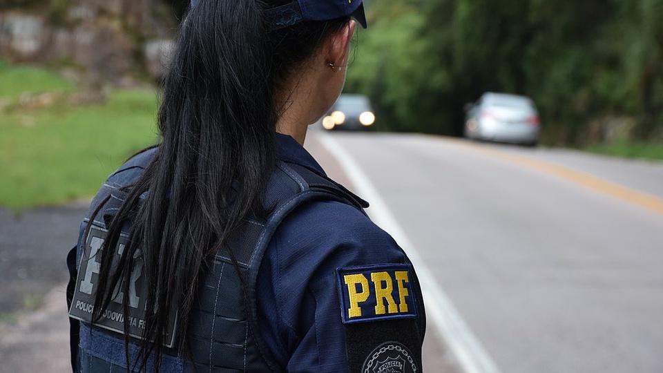 Concurso PRF 2021: lotação será em cidades de fronteira - a foto mostra um policial rodoviário trabalhando