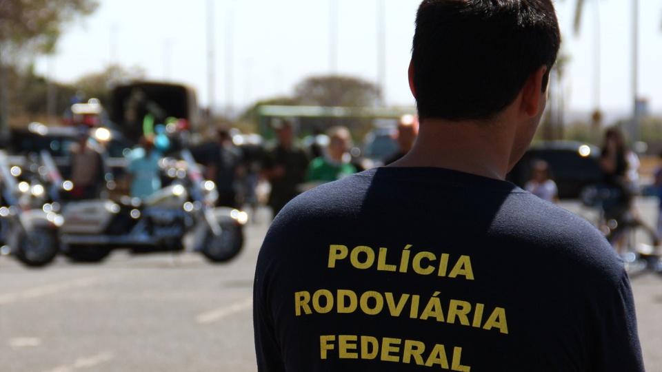 """Concurso PRF 2021: profissional de costas para a câmera. Na parte detrás de sua camiseta, é possível ver o termo """"Polícia Rodoviária Federal"""""""