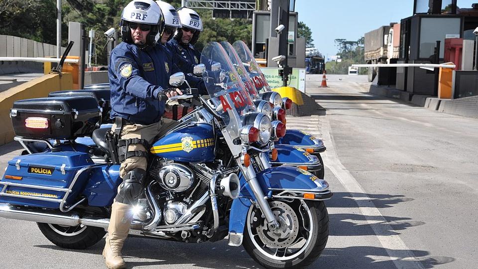concurso prf: a imagem mostra uma fila de policiais rodoviários em cima de motocicletas da PRF