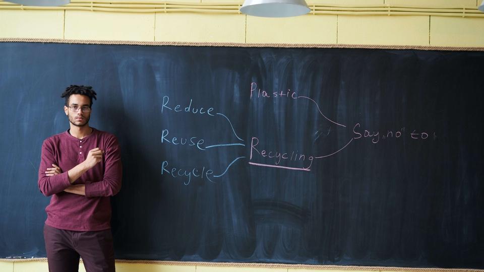 Concurso Professor PB SEECT: a foto mostra um professor em aula diante de um quadro com palavras em inglês