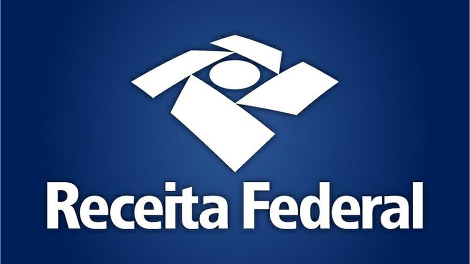 Concurso Receita Federal é tema de debate com Economia: logo da Receita Federal em fundo azulado