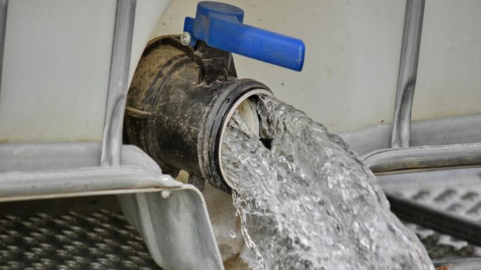 Concurso SAEMA de Araras - SP: cano com registro aberto e água saindo dele