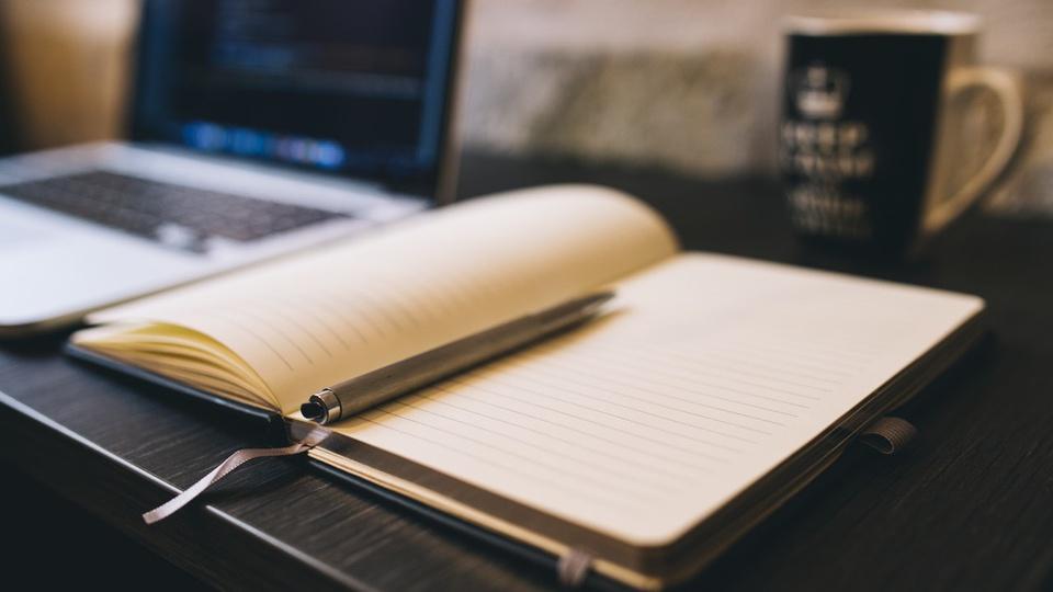 Concurso Salvaterra - notebook, caderno com caneta e caneca sobre escrivaninha