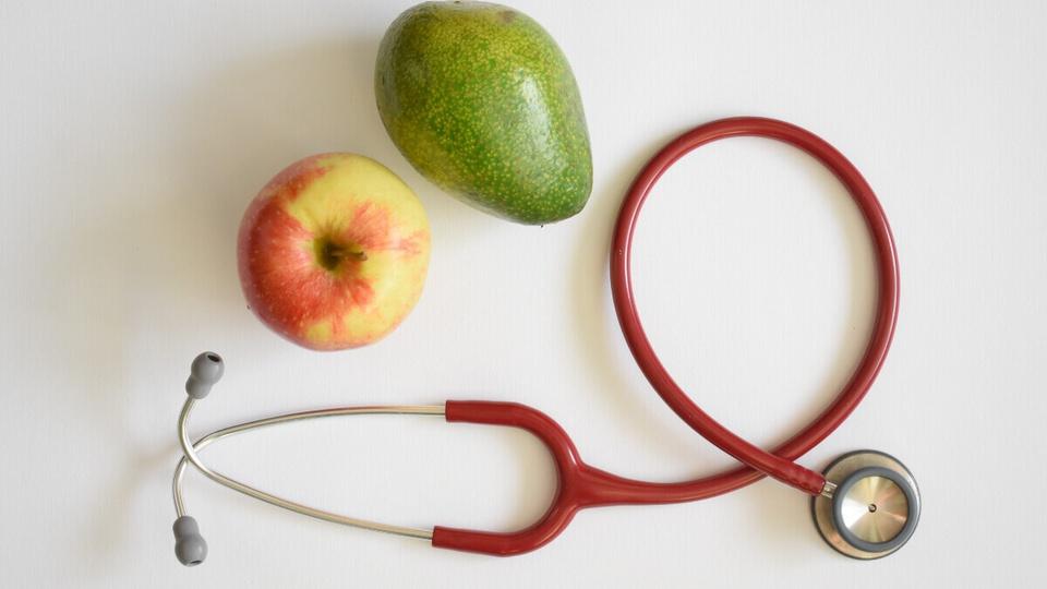 Concurso Prefeitura de Santa Izabel do Oeste: maçã, abacate e estetoscópio.