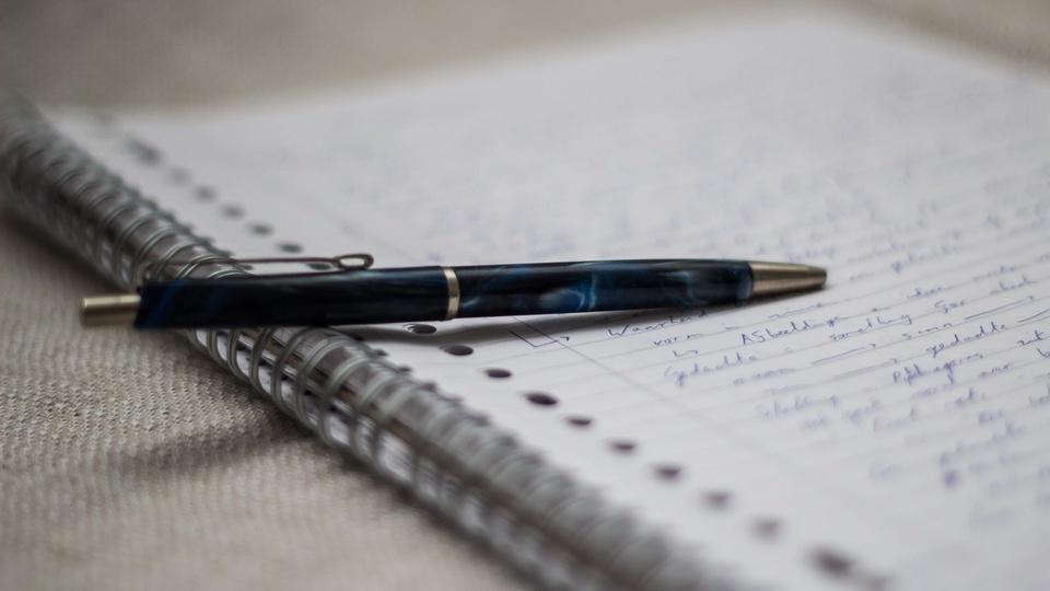 Concurso Santa Rosa da Serra - MG: caneta sob caderno