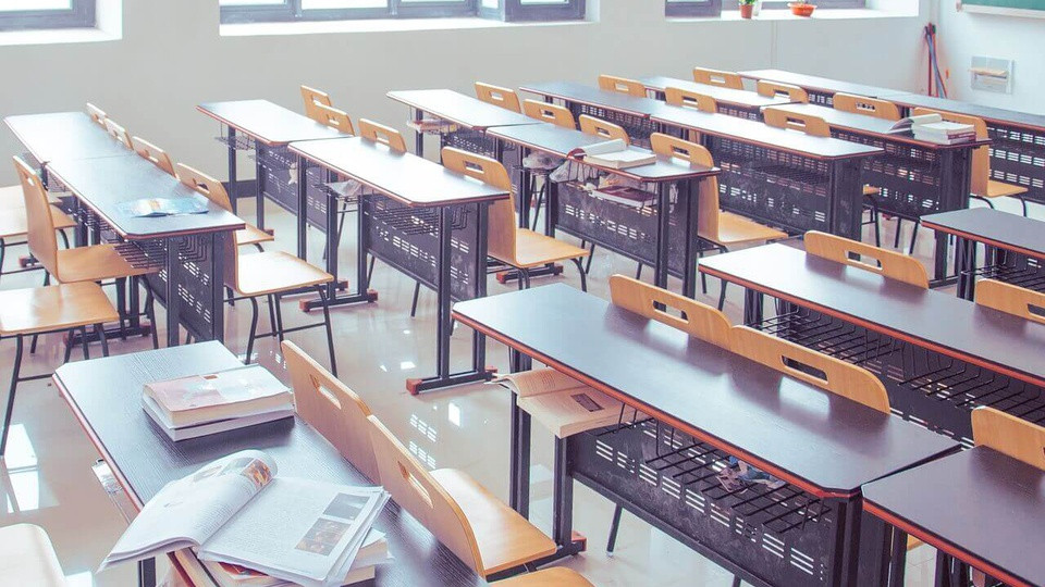 concurso SEDF: imagem de sala de aula com carteiras vazias