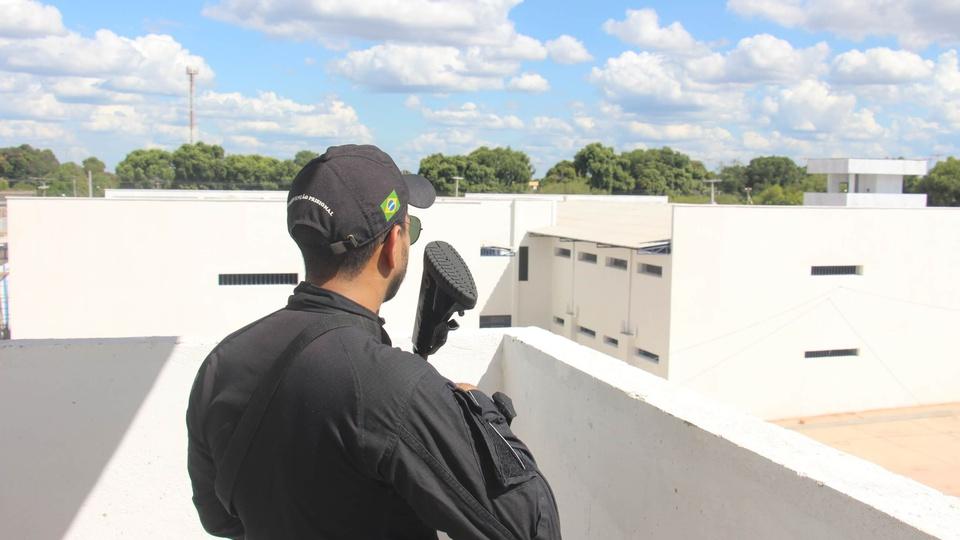 Concurso SEJUC - RR: a foto mostra um agente penitenciário em ronda na unidade prisional