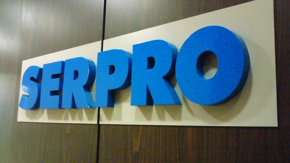 Concurso SERPRO: a foto mostra a logo marca do Serviço Federal de Processamento de Dados em alto relevo