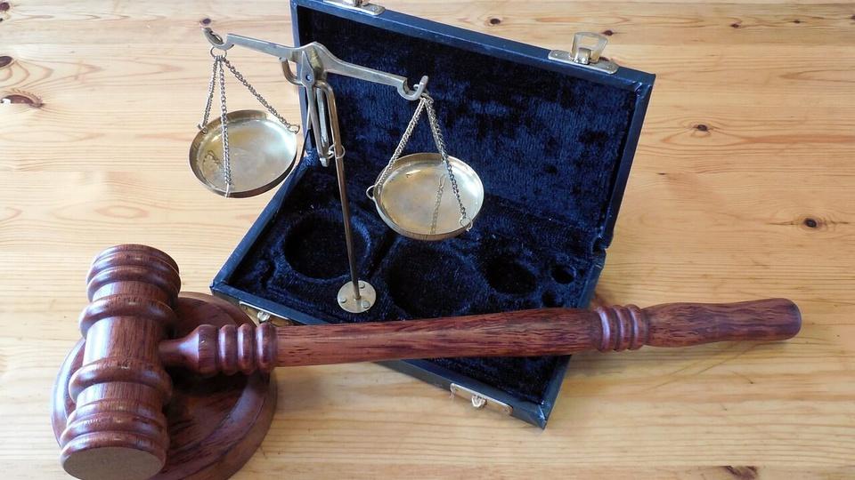 Concurso TJ PR: #pracegover a foto mostra o martelo da Justiça e a balança decorativa, símbolo da Justiça