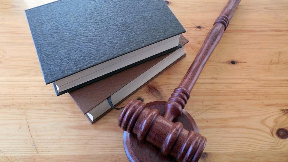 Concurso TJ PR terá edital em dezembro de 2020, martelo utilizado por juiz e livros