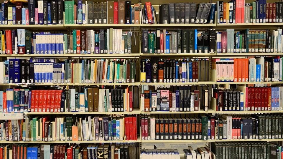 Concurso UFPel: a foto mostra parte de uma biblioteca, estantes lotadas de livros
