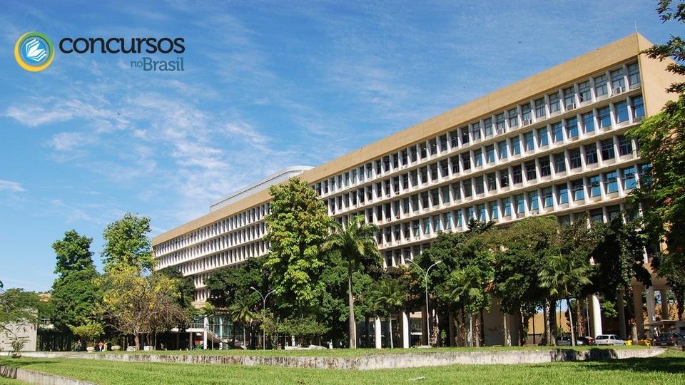 Concurso UFRJ: a foto mostra um panorama da Universidade Federal do Rio de Janeiro, visto o prédio de frente, com toda sua imponência e arborização