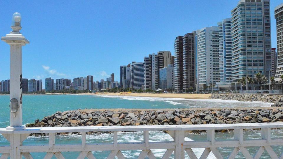 concursos no ceará: a imagem mostra a vista da orla da praia chegando na cidade em Fortaleza