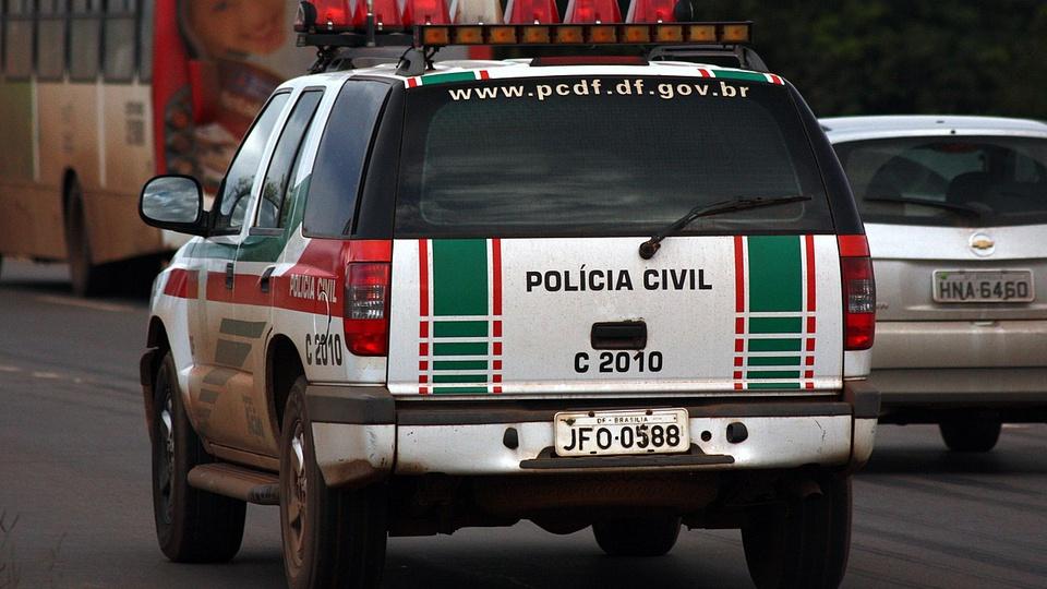 concursos pcdf: a imagem mostra viatura da policia civil na rua ao lado de carro