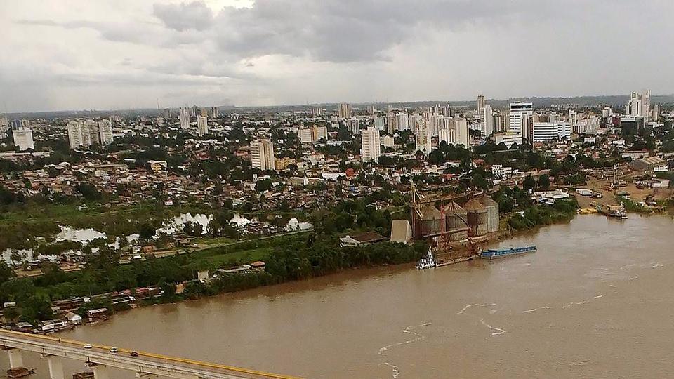 Concursos RO: a imagem mostra a cidade de Porto Velho vista de cima. A cidade se encontrando com o rio.