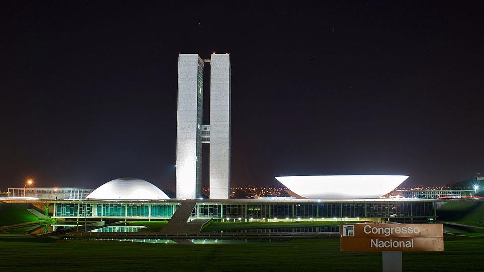 congelamento de concursos: a imagem mostra o congresso nacional à noite