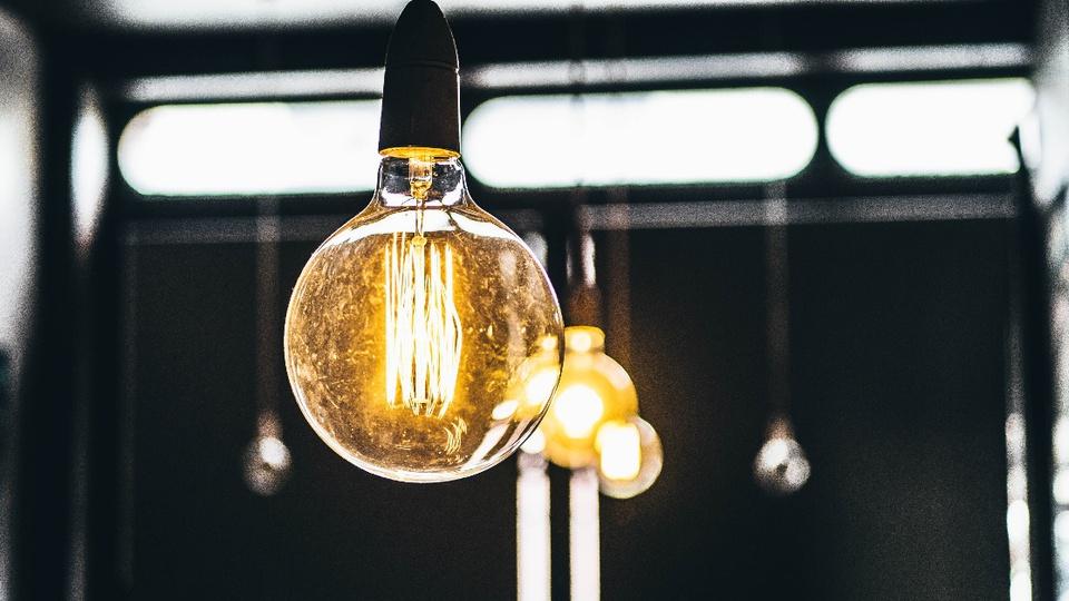Consumidores inadimplentes já podem ter energia cortada: enquadramento em lâmpada acesa