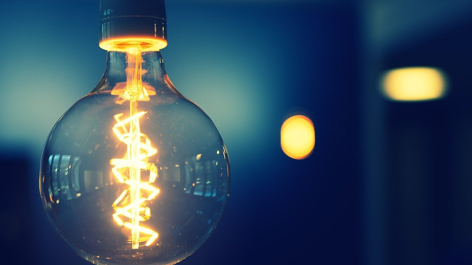 Conta de luz poderá ser paga por meio do PIX, lâmpada acesa
