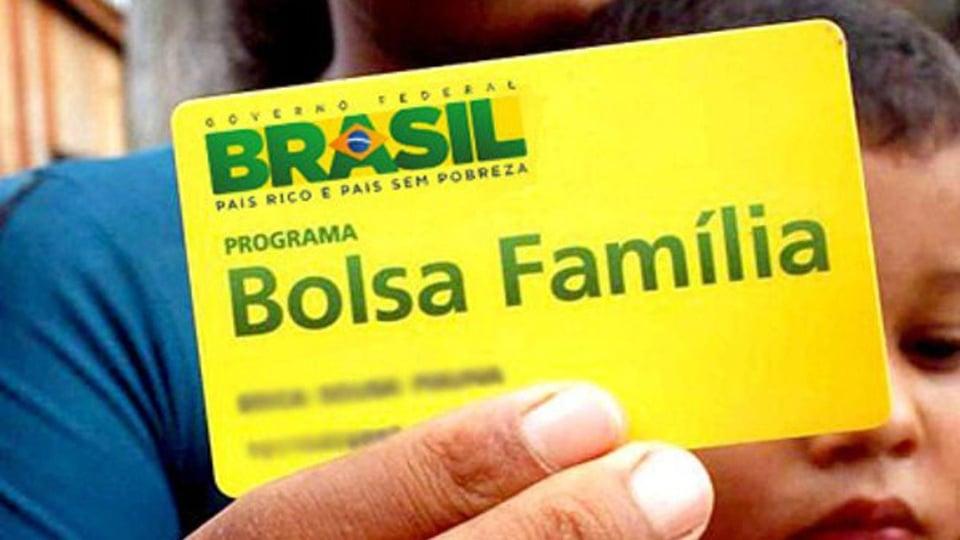 13° do bolsa família: imagem mostra pessoa segurando o cartão do programa social