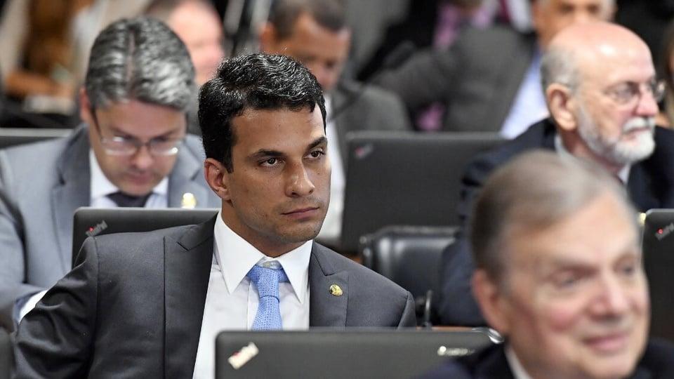 Depósitos do FGTS podem ser adiados: destaque para o senador Irajá Silvestre. Ele está sentado e participando de uma sessão plenária