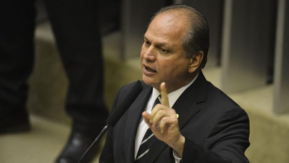 auxílio emergencial bolsa família: a imagem mostra o deputado ricardo barros falando em microfone e apontando com o dedo indicador para cima