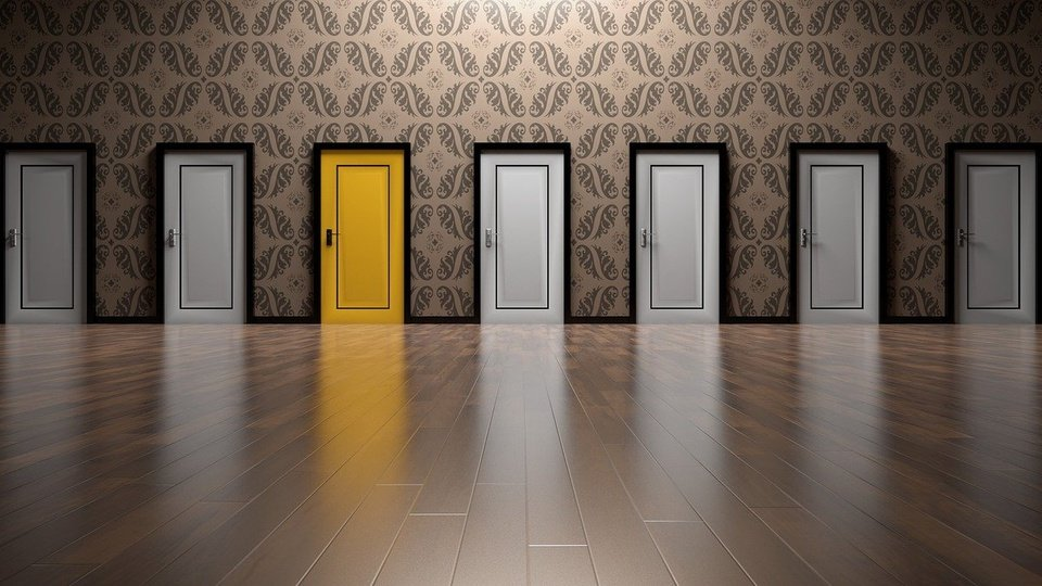 dicas para chutar nas provas de concursos, porta dourada entre portas brancas