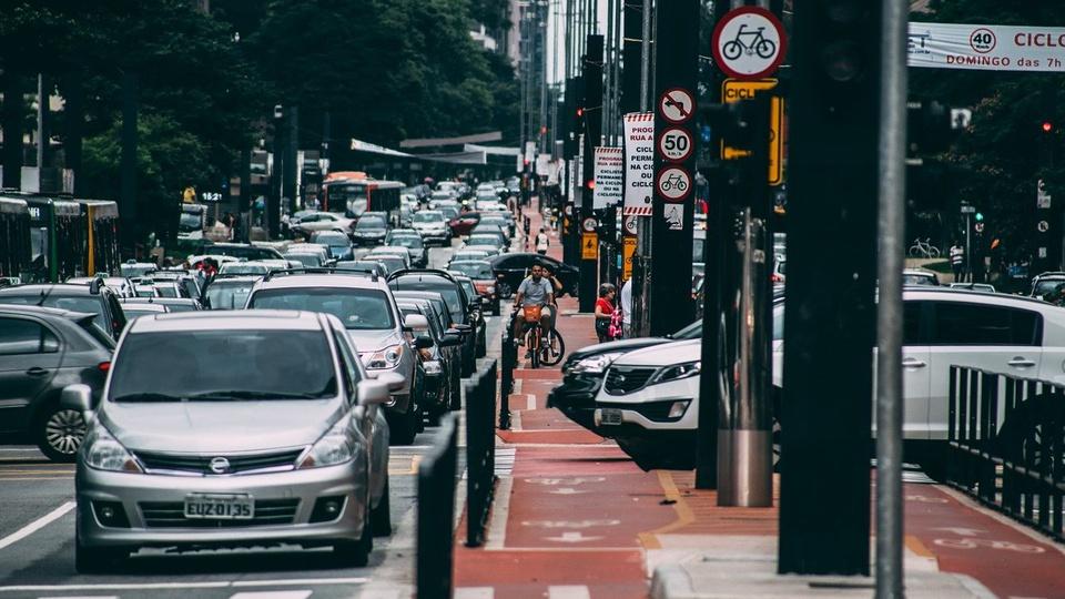 dpvat: a imagem mostra carros numa rua