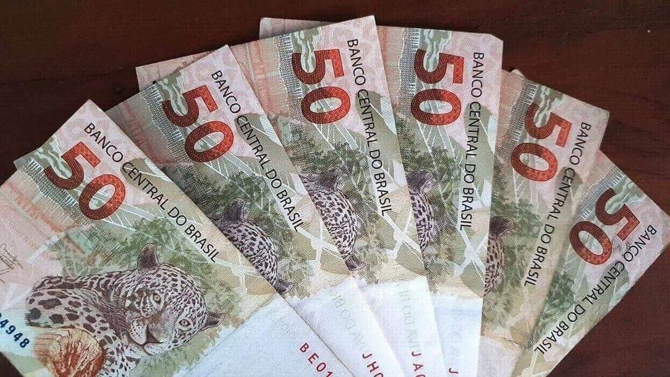 empréstimo do bolsa família: a imagem mostra leque de notas de 50 reais