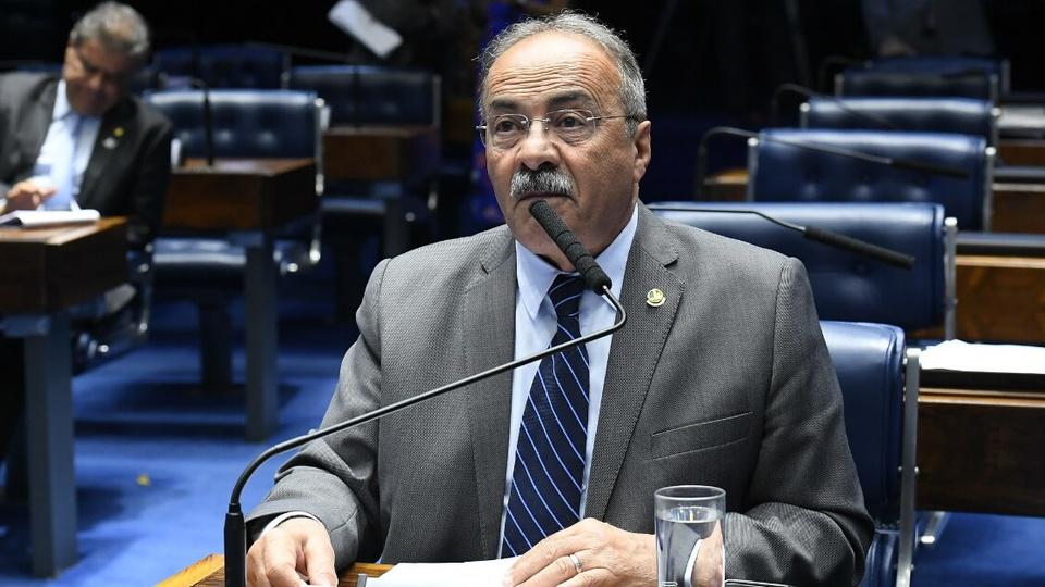 Empréstimo a juro zero: senador Chico Rodrigues discursa em plenário. Ele está sentado e em frente ao microfone.
