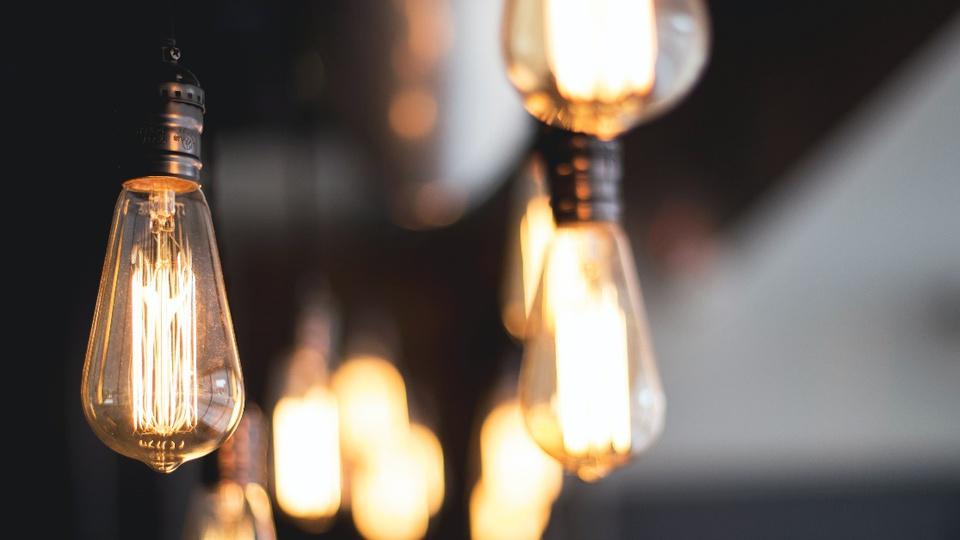 Enel vai parcelar dívida dos que registrarem reclamação no Procon SP: lâmpadas acesas