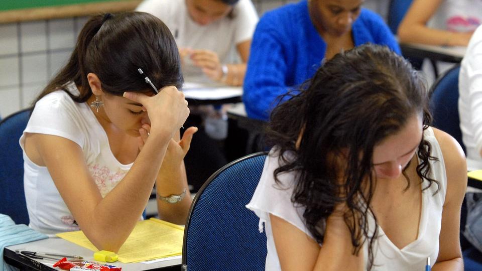 enem digital: a imagem mostra estudantes respondendo a prova impressa do enem