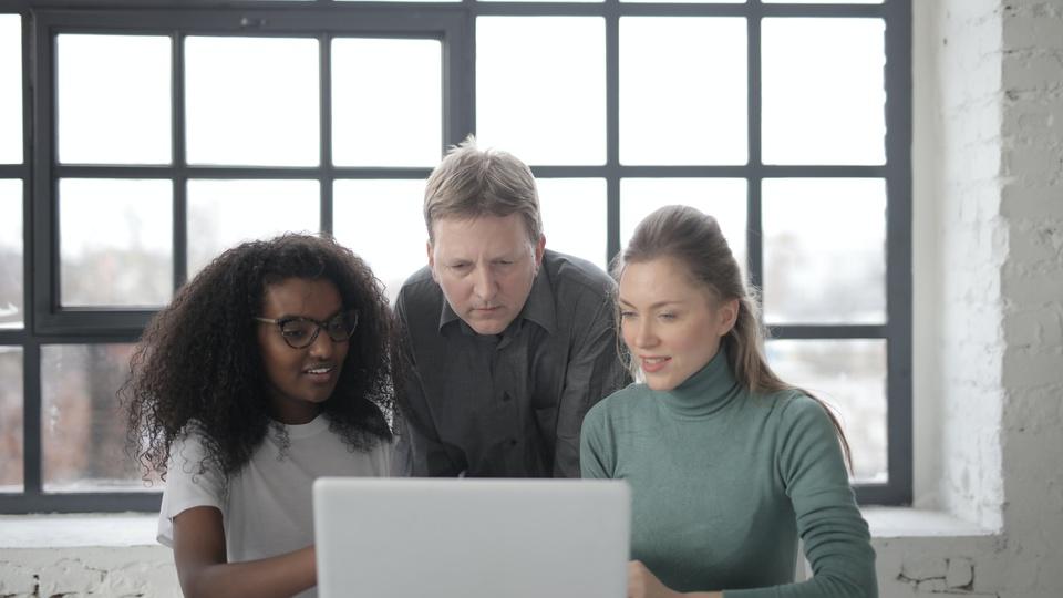 Caixa abre vagas de estágio para estudantes de nível superior: a foto mostra pessoas em frente ao computador