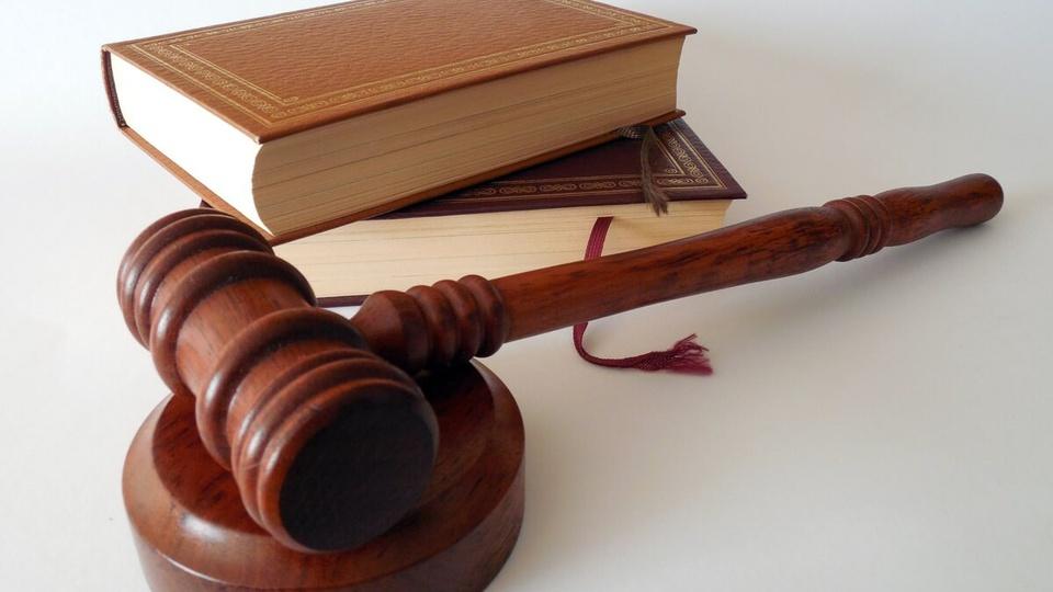 Estágio Muriaé: imagem de dois livros e um martelo de juiz de direito