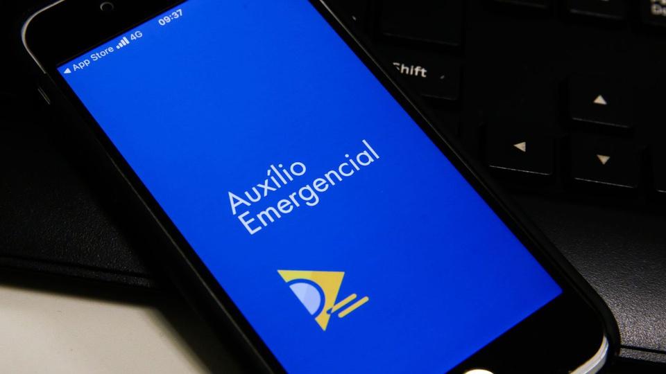 Prorrogação do auxílio emergencial em 2021: tela de celular com logo do auxílio emergencial federal