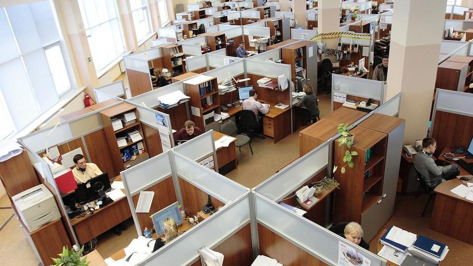 servidores públicos devem aposentar: visão de cima de um escritório
