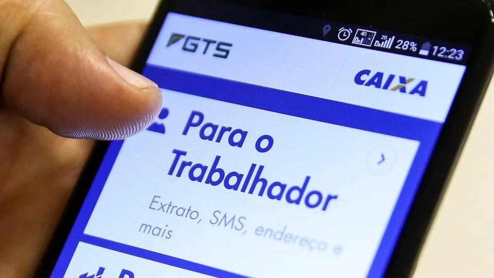 FGTS Emergencial em 2021: enquadramento em celular com página do FGTS aberta