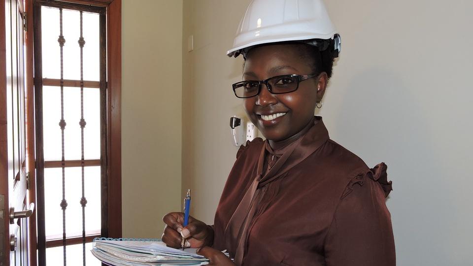 FMI afirma que crise ameaça os ganhos econômicos das mulheres, mulher com capacete fazendo anotação