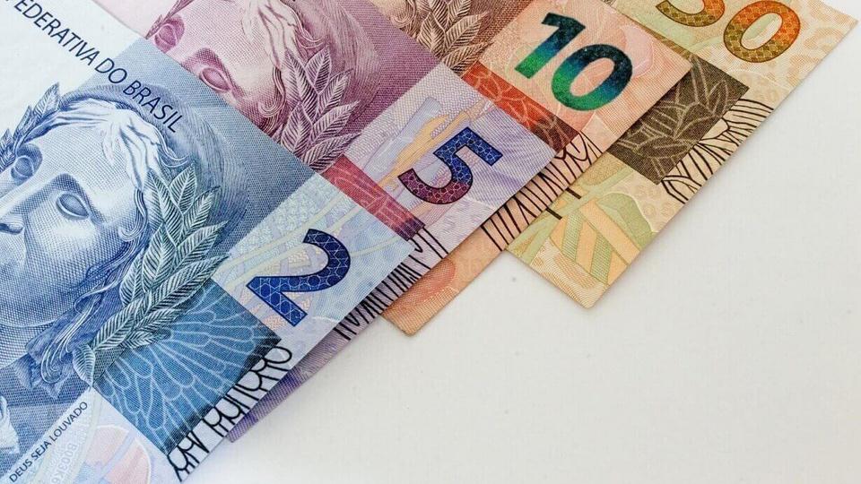 criminosos receberam o auxílio emergencial: notas de dinheiro brasileiro