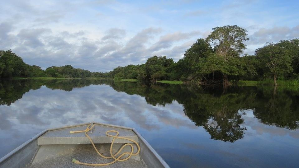 Fusão entre IBAMA e ICMBio pode afetar concursos, barco navegando em rio da Amazônia