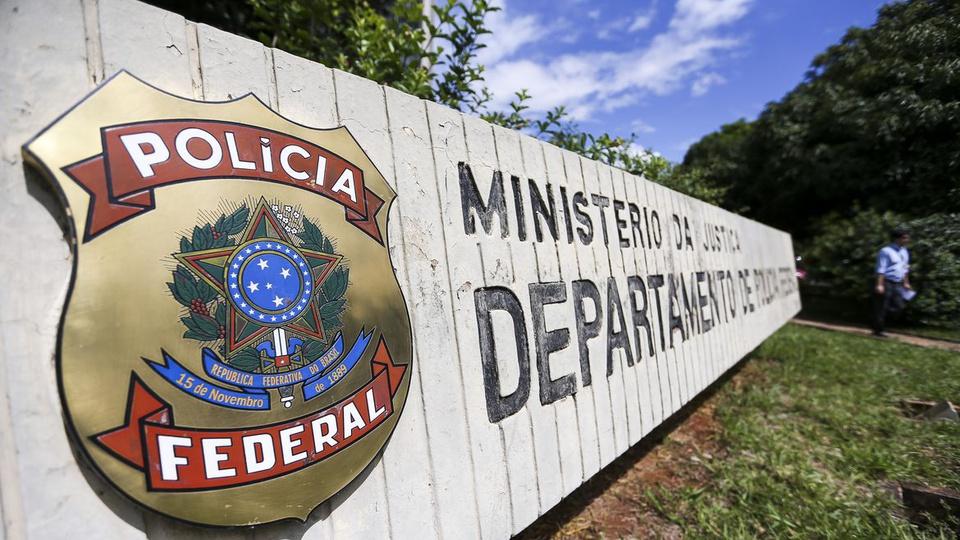 Gabarito provas PF 2021: placa da Polícia Federal que fica na entrada do Departamento da Polícia Federal