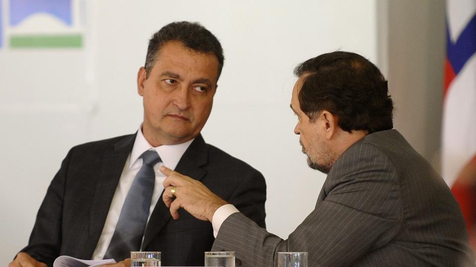 Governo da Bahia anuncia proposta para suspender prazo de concursos: governador Rui Costa conversando com parlamentar