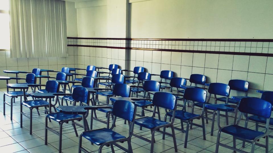 Governo da Bahia prorroga suspensão de aulas: sala de aula cheia de carteiras e sem nenhum estudante