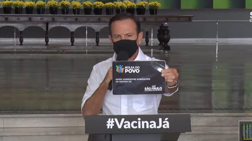 Bolsa do Povo em São Paulo: João Dória apontando cartão do Bolsa do Povo para a câmera