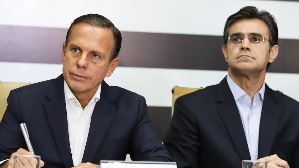 Governo de SP anuncia 10 mil vagas com auxílio-desemprego: é possível ver João Doria e Rodrigo Garcia. Eles são governador e vice-governador de São Paulo, respectivamente