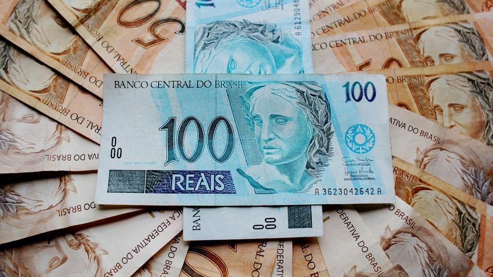 Governo estuda pagar auxílio emergencial até março de 2021, cédulas de reais
