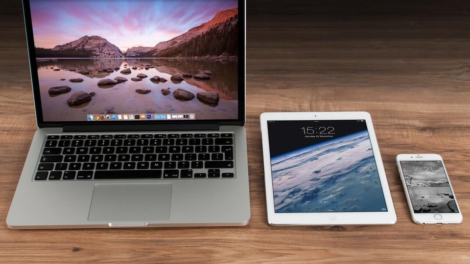 serviços públicos na internet: notebook, tablet e smartphone lado a lado sobre uma mesa