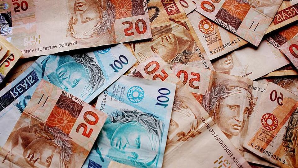 Imposto para bancar auxílio emergencial: dinheiro espalhado