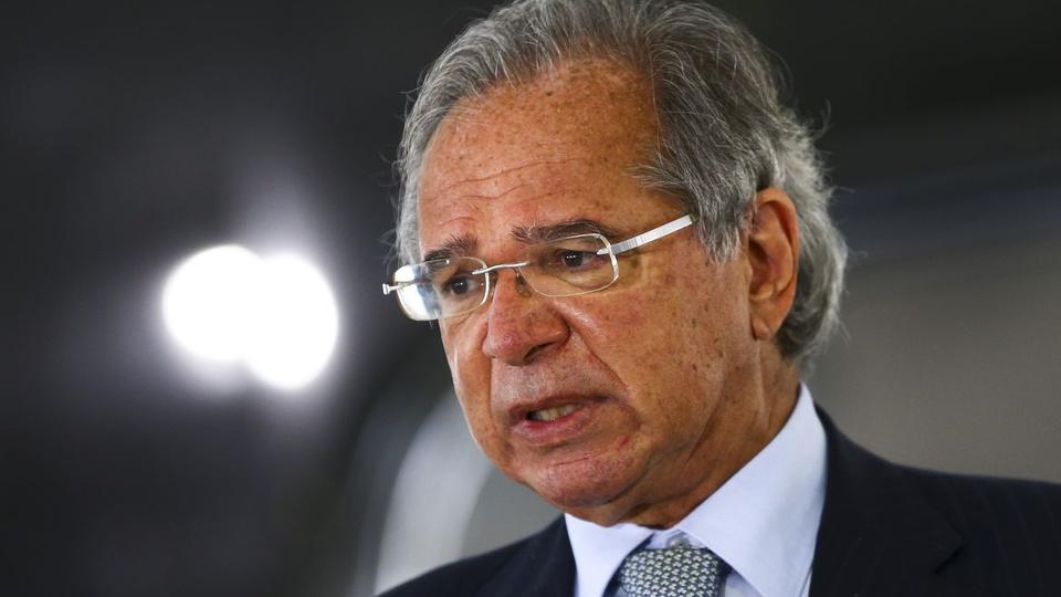 Novos empregos em programa do governo: enquadramento em rosto de Paulo Guedes