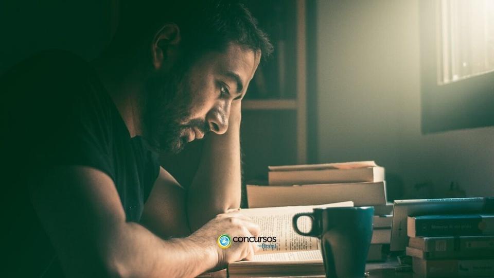 Processo seletivo ICEPi - ES: homem com os braços apoiado sob mesa lendo
